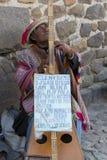 Peruanischer Blinder, der Harfe in Cusco, Peru spielt Stockfotografie