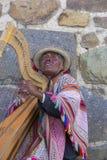 Peruanischer Blinder, der Harfe in Cusco, Peru spielt Stockfoto