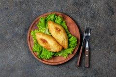 PERUANISCHES CHILENISCHES traditionelles angefülltes Kartoffelpüree Teller PAPAS RELLENA Fleisch auf hölzerner Platte stockfotos