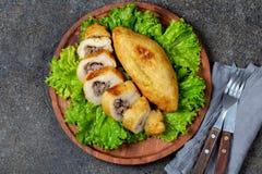PERUANISCHES CHILENISCHES traditionelles angefülltes Kartoffelpüree Teller PAPAS RELLENA Fleisch auf hölzerner Platte lizenzfreies stockfoto
