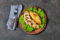 PERUANISCHES CHILENISCHES traditionelles angefülltes Kartoffelpüree Teller PAPAS RELLENA Fleisch auf hölzerner Platte lizenzfreie stockbilder