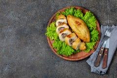 PERUANISCHES CHILENISCHES traditionelles angefülltes Kartoffelpüree Teller PAPAS RELLENA Fleisch auf hölzerner Platte lizenzfreie stockfotografie