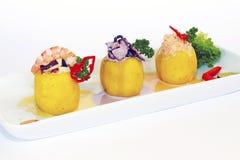 Peruanisches kulinarisches Causa rellena ist es zertrümmerte das gefülltes Kartoffeln und Fleisch stockbild