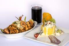 Peruanisches Lebensmittel: Causa Rellena, A zertrümmerte die popatoes, die mit Krabbe Mahlzeit und Reis mit Meeresfrüchten gefüll stockfotos