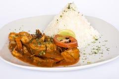 PERUANISCHES LEBENSMITTEL: Mittagessen Cebiche und Picante de Mariscos mit Reis stockfoto
