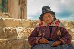 Peruansk indisk kvinna i traditionell klänning Royaltyfri Bild