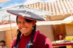 Peruansk indisk kvinna i traditionellt väva för klänning Fotografering för Bildbyråer