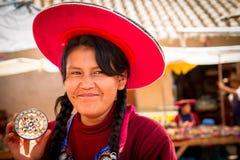 Peruansk indisk kvinna i traditionellt väva för klänning Royaltyfria Foton