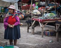 Peruansk kvinna med ett barn på den Pisac marknaden royaltyfria bilder