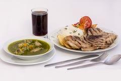 Peruansk maträtt: Feg soppa av moradaen för koriander) +chicha (purpurfärgad havrefruktsaft) och grillar grillat, ris royaltyfria bilder