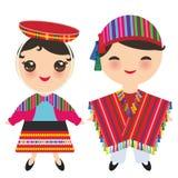 Peruansk pojke och flicka i nationell dräkt och hatt Tecknad filmbarn i den traditionella klänningen som isoleras på vit bakgrund royaltyfri illustrationer