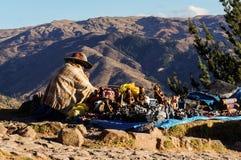 Peruansk säljare för gatasouvenirhantverkare arkivbild