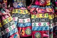 Peruanska dansare på ståta i Cusco. arkivbilder