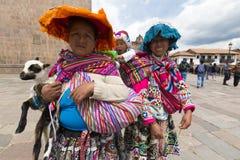 Peruanska indiska kvinnor i traditionell kläder, Cusco Royaltyfria Bilder