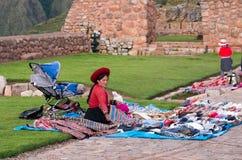 Peruanska kvinnor på marknaden, Chinchero, Peru Fotografering för Bildbyråer