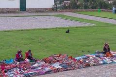 Peruanska kvinnor på marknaden, Chinchero, Peru Royaltyfri Foto