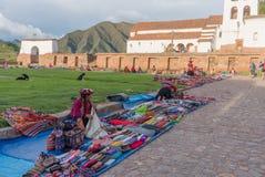 Peruanska kvinnor på marknaden, Chinchero, Peru Arkivfoton