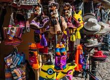 Peruanska souvenir och leksaker på marknaden Royaltyfria Bilder