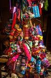Peruanska souvenir och leksaker på marknaden Arkivbilder