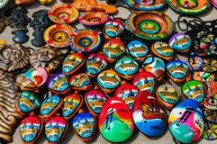 Peruanska souvenir och leksaker på marknaden Fotografering för Bildbyråer