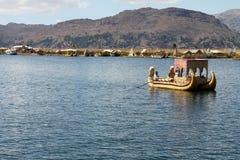 Peruanskt fartyg på vassöar på sjön Titicaca Royaltyfri Fotografi