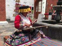 Peruanskt väva, Arequipa Colca Perú, dal på morgonen royaltyfri fotografi