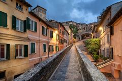Perugia, Italië Middeleeuwse aquaductschemer royalty-vrije stock foto's