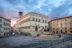 Perugia, Italia Plaza IV Novembre en salida del sol imagenes de archivo
