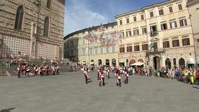 Perugia Italien - Juni 16, 2019 flagga-fladdrar i den huvudsakliga fyrkanten lager videofilmer