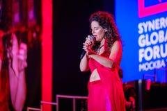 Peruquois Australijski piosenkarz wykonuje przy synergiego Globalnym forum Fotografia Royalty Free