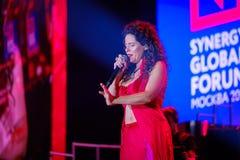 Peruquois Australijski piosenkarz wykonuje przy synergiego Globalnym forum Zdjęcie Royalty Free