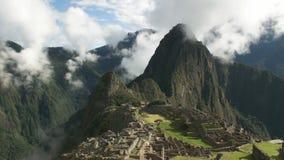 Perus verlorenes Stadt machu picchu auf einem nebelhaften Morgen stock footage