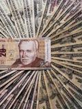 Peruviaans bankbiljet van twintig zolen en achtergrond met Amerikaanse dollarsrekeningen