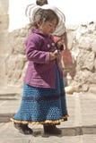 Peruviaans meisje die roomijs in haar traditionele kleren eten Royalty-vrije Stock Afbeelding