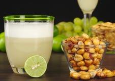 Peruviaans Zuur en Geroosterd Graan Pisco stock afbeelding