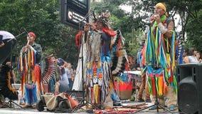 Peruviaanse band die en bij de Paulista-Weg spelen zingen stock footage
