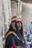 Peruviaanse mens die zich met traditionele kleren, Inca-ruïnes bevinden Stock Afbeelding