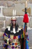 Peruviaanse mens die zich met traditionele kleren, Inca-ruïnes bevinden Stock Fotografie