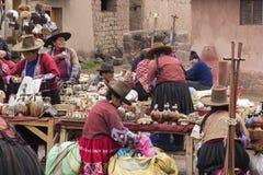 Peruviaanse mensen die giften verkopen bij de markt Royalty-vrije Stock Foto's