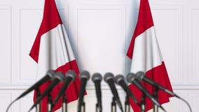Peruviaanse officiële persconferentie Vlaggen van Peru en microfoons Het conceptuele 3d teruggeven Stock Foto