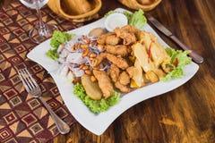 Peruviaanse piqueo, huancainaaardappels, sla en ceviche stock afbeeldingen