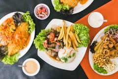 Peruviaanse voedsel, zeevruchten, frieten en sausen stock afbeeldingen