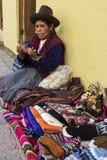 Peruviaanse vrouw die haar met de hand gemaakte waren verkopen Stock Afbeeldingen