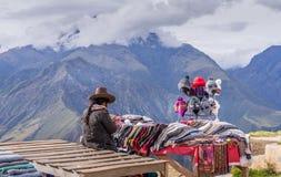 Peruviaanse vrouwen die op toerist het bezoeken plaats verkopen royalty-vrije stock foto's