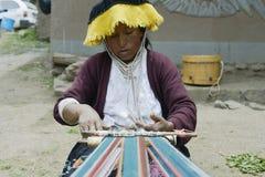 Peruviaanse vrouwen wevende doek op een handweefgetouw Stock Afbeeldingen