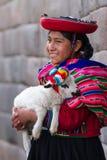 Peruvian nativos que guardam um cordeiro do bebê Fotos de Stock Royalty Free