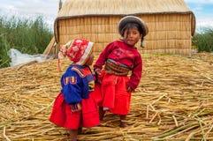 Peruwiańscy dzieci od Los Uros wyspy obrazy stock