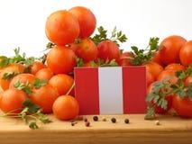 Peruwiańska flaga na drewnianym panelu z pomidorami odizolowywającymi na whit obrazy royalty free