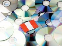 Peruwiańska flaga na górze cd i DVD stosu odizolowywającego na bielu Obraz Stock
