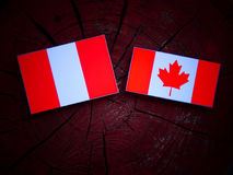 Peruwiańska flaga z kanadyjczyk flaga na drzewnym fiszorku odizolowywającym fotografia royalty free
